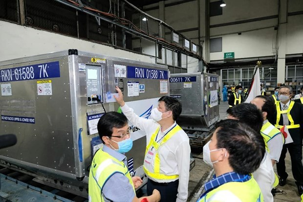Batch of COVID-19 vaccine donated by Japan arrives in Vietnam hinh anh 3