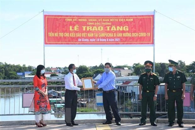 Soc Trang helps Khmer people of Vietnamese origin in Cambodia hinh anh 1