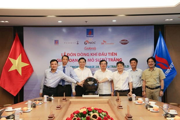 PetroVietnam receives first flow of gas of Su Tu Trang oil field in phase 2A hinh anh 2