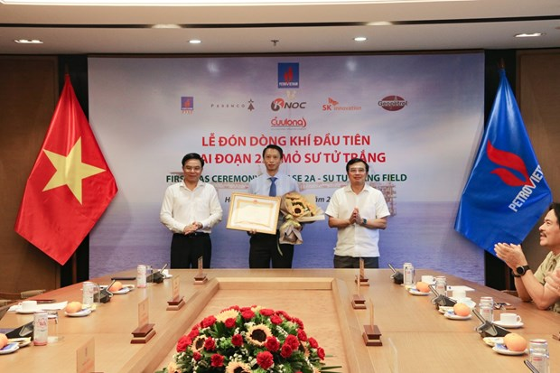 PetroVietnam receives first flow of gas of Su Tu Trang oil field in phase 2A hinh anh 4