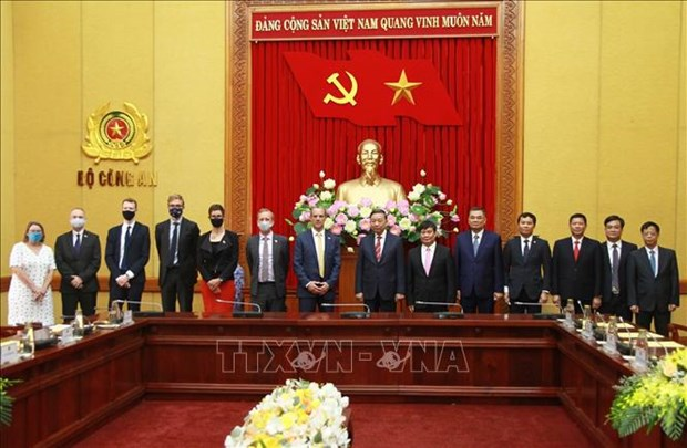 Public security ministry boosts ties with British law enforcement forces hinh anh 1