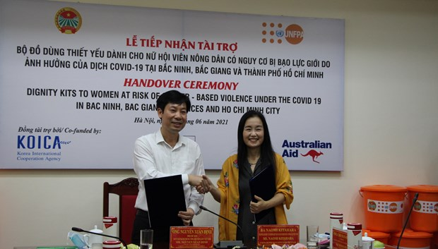 UNFPA presents dignity kits to women, girls in pandemic-hit areas hinh anh 2