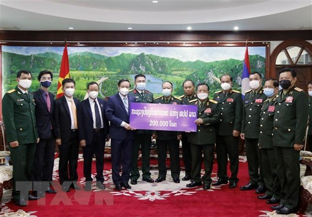 Lao Defence Ministry supports Vietnam's COVID-19 control fund hinh anh 1