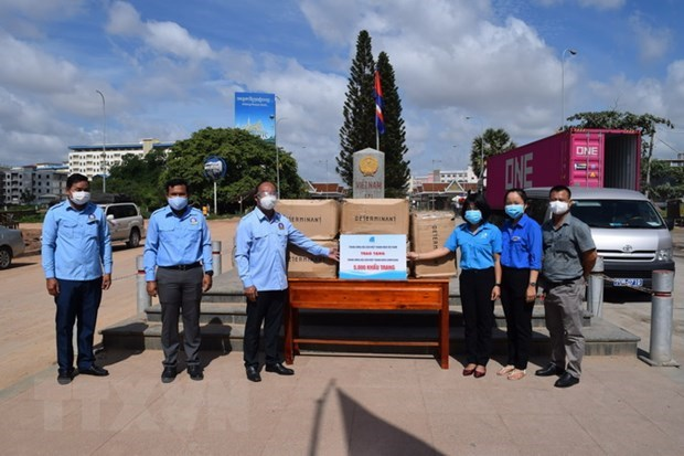 Vietnam Youth Federation presents 5,000 masks to Cambodian counterpart hinh anh 1