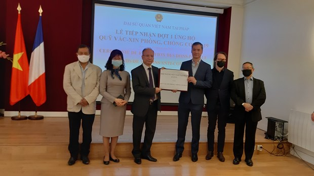 Vietnamese, French organisations, associations assist COVID-19 control fund hinh anh 1