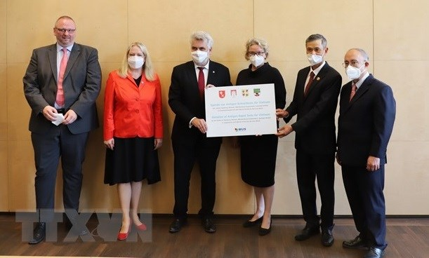 German states present COVID-19 rapid test kits to Vietnam hinh anh 1