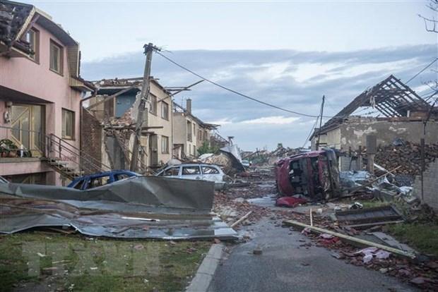 Embassy, association comfort Vietnamese hit by tornado in Czech Republic hinh anh 1
