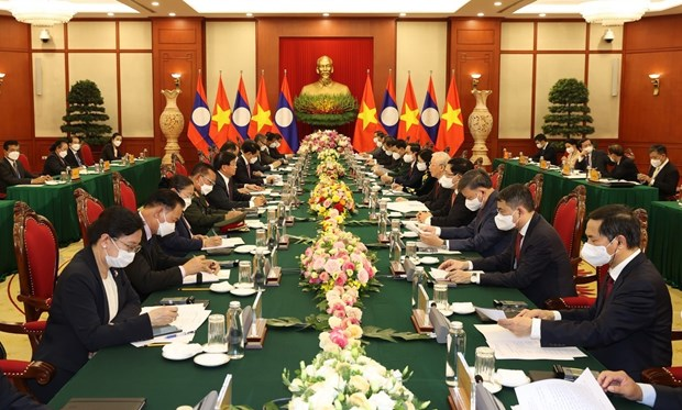 Top leaders of Vietnam, Laos vow to beef up special ties hinh anh 1
