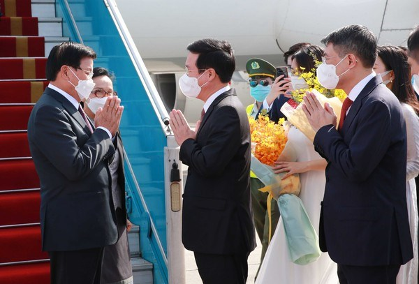 Top leader of Laos begins official friendship visit to Vietnam hinh anh 1