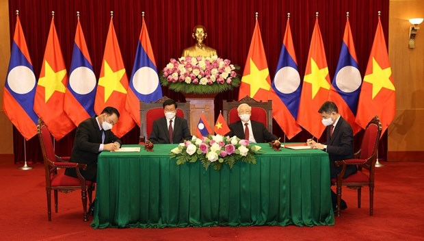 Top Vietnamese, Lao leaders witness signing of bilateral cooperation pacts hinh anh 1