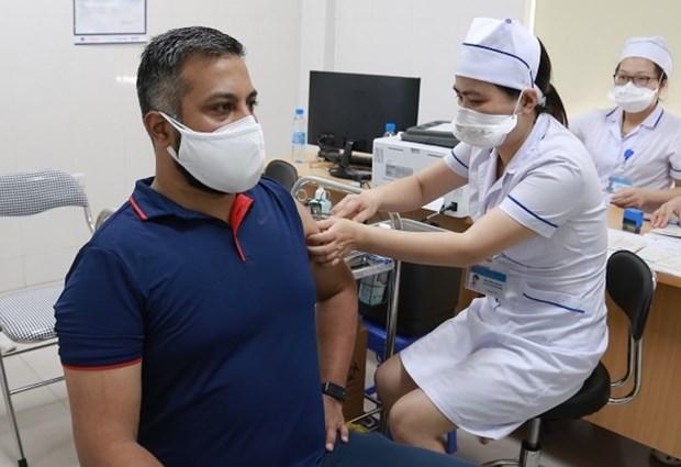 Fifty foreign reporters in Vietnam get vaccinated against COVID-19 hinh anh 1