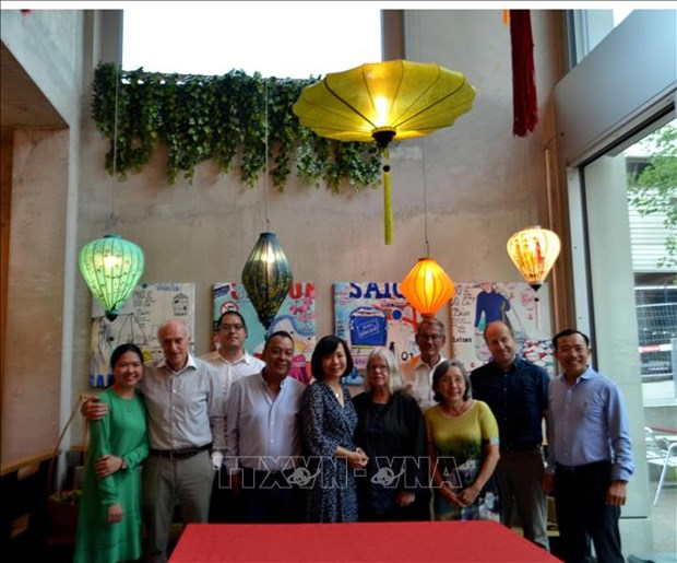 Vietnamese overseas in Switzerland donate COVID-19 prevention and control fund hinh anh 1