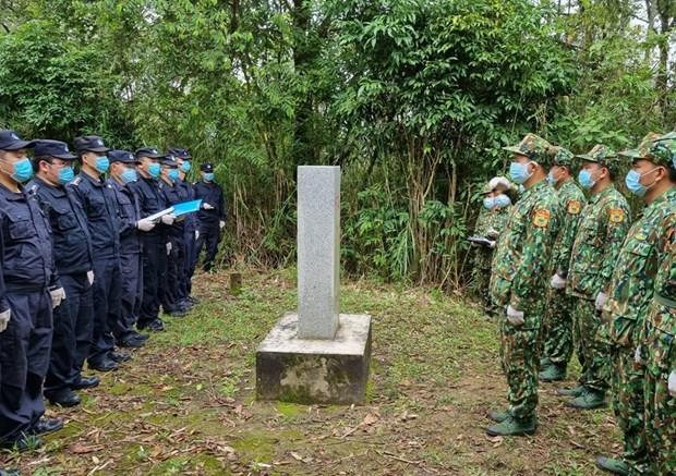 Vietnam, China border guards hold bilateral patrol along border hinh anh 1