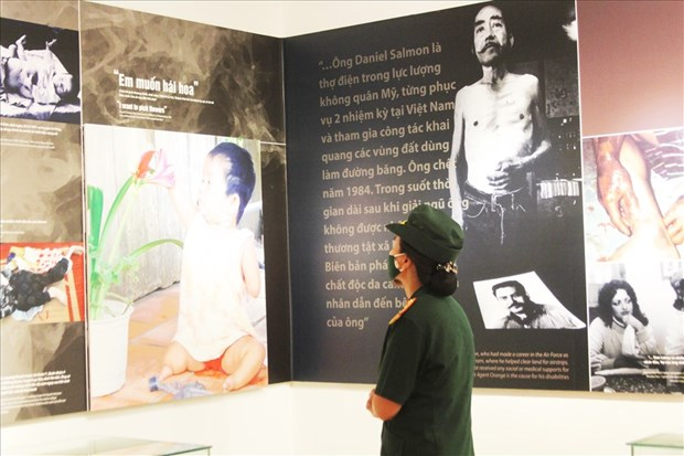Exhibition looks back on 60 years of AO disaster in Vietnam hinh anh 1