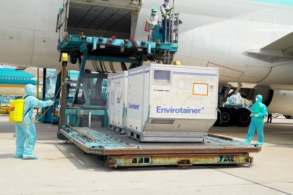 Additional 921,000 AstraZeneca vaccine doses arrive in Vietnam hinh anh 2