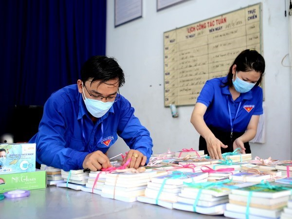 Books distributed to residents in HCM City quarantine facilities hinh anh 1