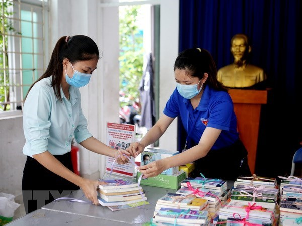 Books distributed to residents in HCM City quarantine facilities hinh anh 2