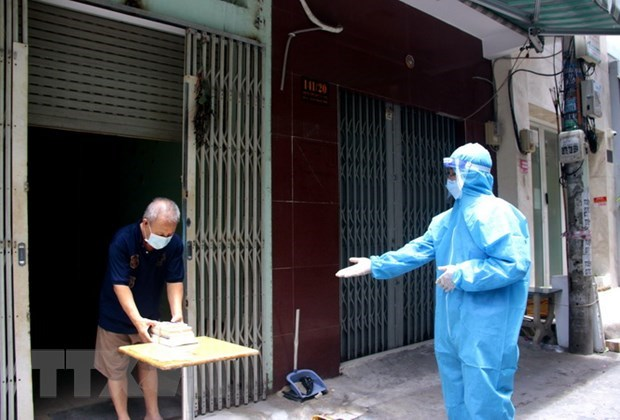 Books distributed to residents in HCM City quarantine facilities hinh anh 3