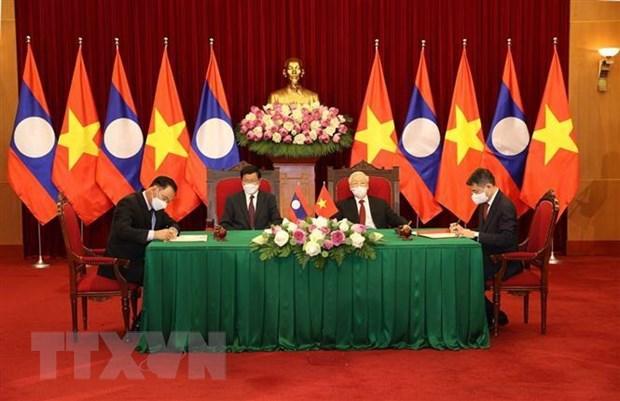 Pathet Lao newspaper spotlights close-knit Vietnam-Laos ties hinh anh 1