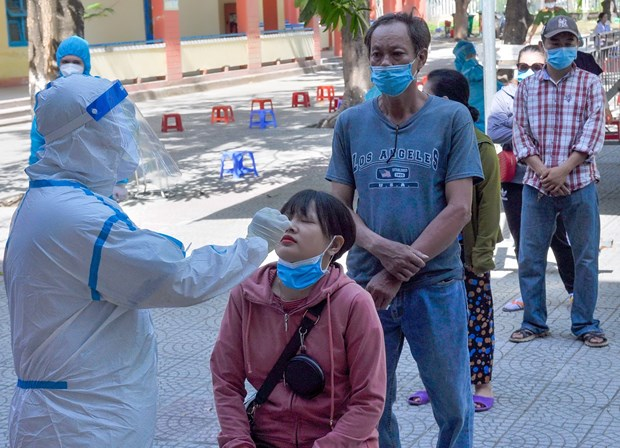 Vietnam records 2,015 new COVID-19 cases last night hinh anh 1