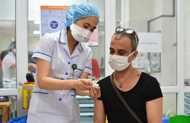 HCM City works on COVID-19 vaccination plan for foreigners hinh anh 1