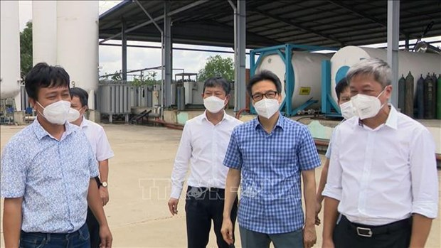 Deputy PM requests increasing oxygen production for COVID-19 treatment hinh anh 1