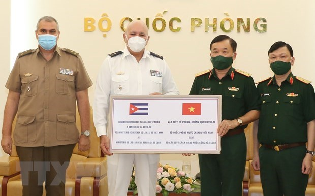 Defence Ministry presents medical supplies, equipment to Cuba hinh anh 1