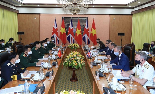 Vietnamese Defence Minister holds talks with British counterpart hinh anh 2