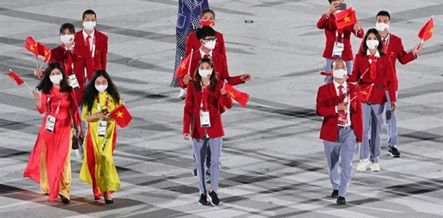 Athletes Lan and Hoang flying the flag for the nation at Tokyo Olympics opening ceremony hinh anh 1