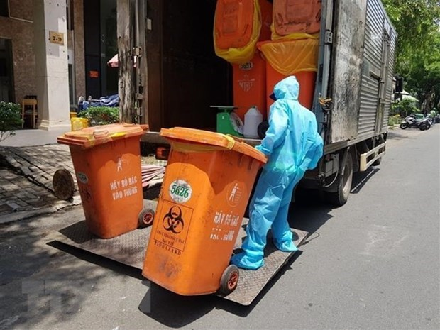 Ministry urges safe treatment of COVID-19-related waste hinh anh 1