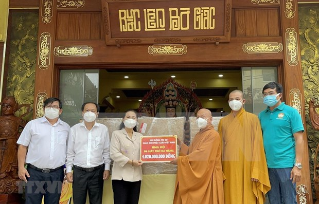 Vietnam Buddhist Sangha presents six ventilators to HCM City hinh anh 1