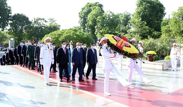 Party, State leaders pay tribute to heroic martyrs hinh anh 1