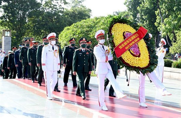 Party, State leaders pay tribute to heroic martyrs hinh anh 2
