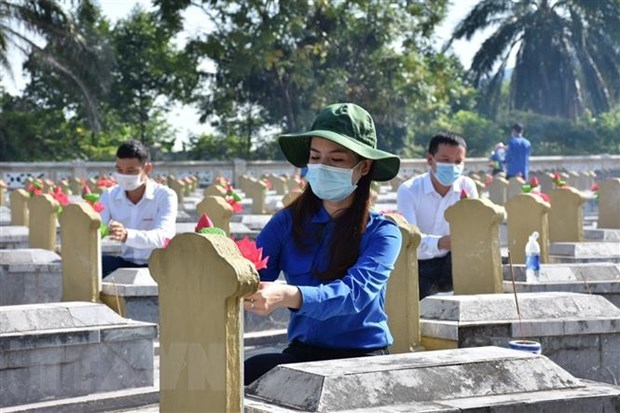 Fallen soldiers honoured on War Invalids and Martyrs Day hinh anh 1