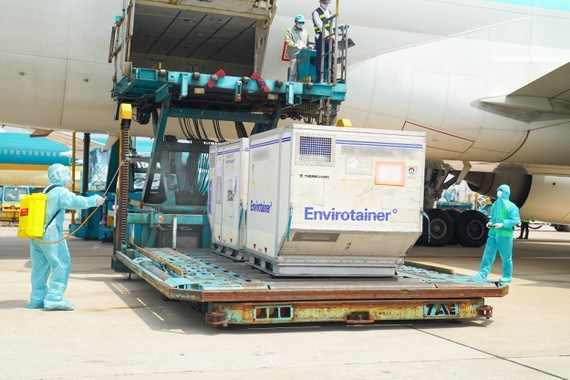 Nearly 660,000 AstraZeneca COVID-19 vaccine doses arrive in HCM City hinh anh 1
