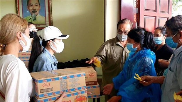 Gifts sent to Vietnamese Cambodians in Preah Sihanouk hinh anh 1