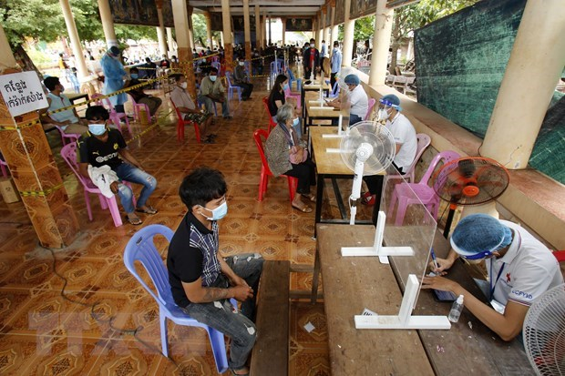 COVID-19 cases continue to drop in Cambodia, Malaysia speeds up vaccinations hinh anh 1
