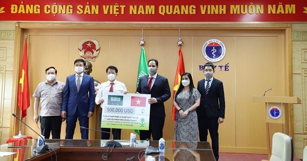 Saudi Arabia presents aid package to support Vietnam's COVID-19 fight hinh anh 1