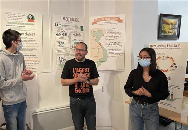 Infographics featuring Agent Orange/dioxin disaster in Vietnam exhibited in France hinh anh 1