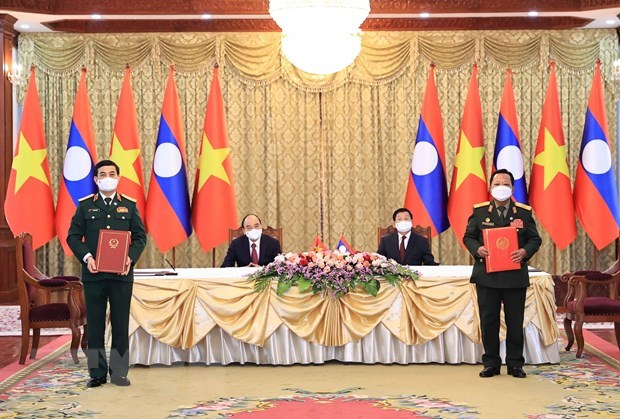 Vietnamese, Lao armies stand side by side in any circumstances: Minister hinh anh 1
