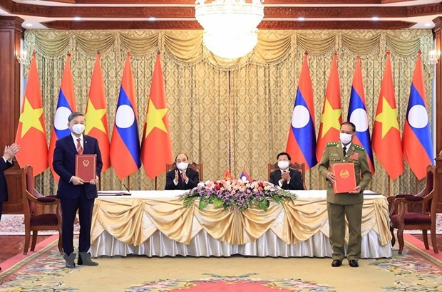 Vietnam presents noble orders to Lao public security units, officers hinh anh 1