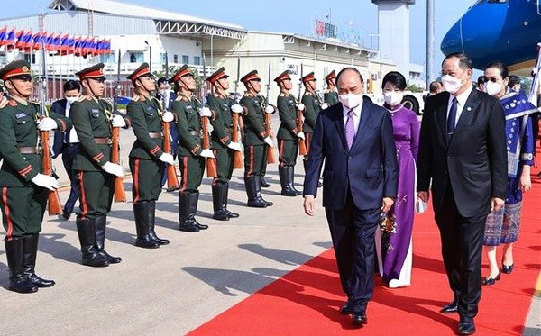 President Nguyen Xuan Phuc arrives in Vientiane hinh anh 1