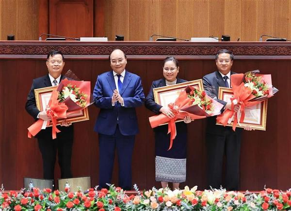 Vietnamese State leader meets with Lao Vice Presidents hinh anh 5