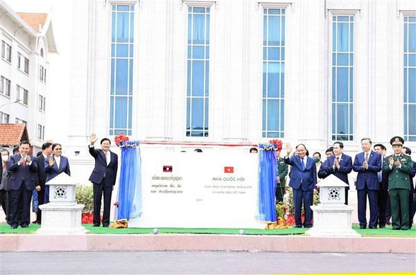 Vietnamese State leader meets with Lao Vice Presidents hinh anh 4