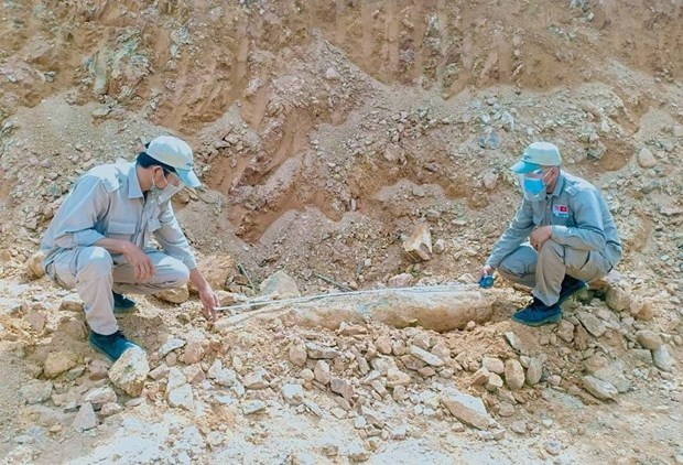 Quang Tri: Big bomb in residential area safely handled hinh anh 1