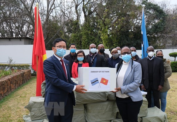 Vietnamese people assists African countries in COVID-19 combat hinh anh 2