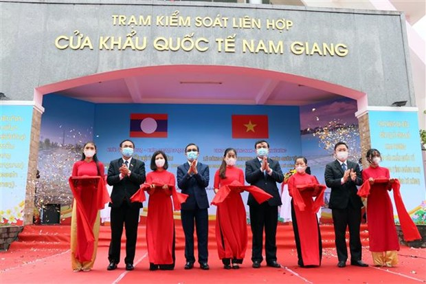 Vietnam, Laos officially launch Nam Giang – Dakta Ok int'l border gates hinh anh 1