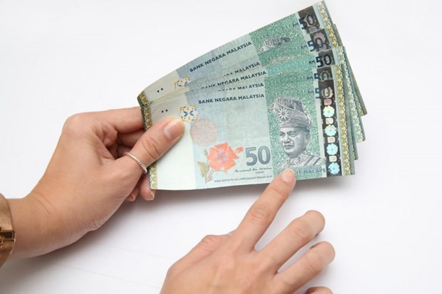 Malaysia's ringgit falls to lowest in a year hinh anh 1