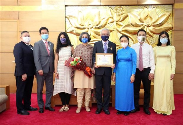 Outgoing UN Resident Coordinator receives friendship insignia hinh anh 2