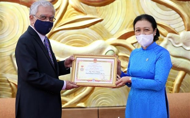 Outgoing UN Resident Coordinator receives friendship insignia hinh anh 1